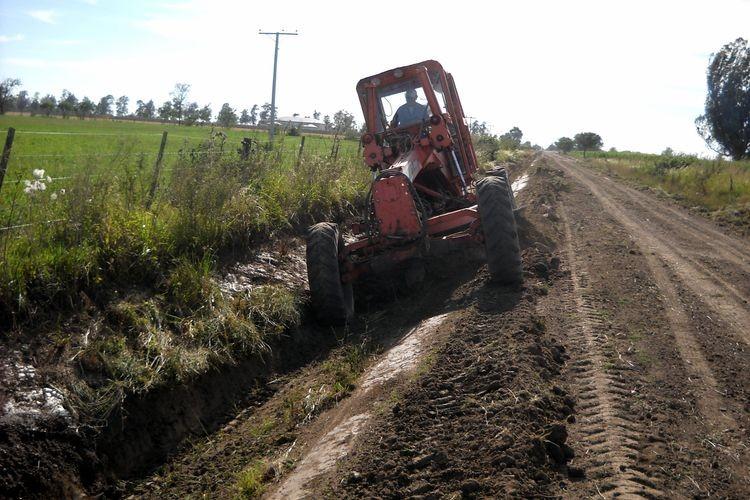 Tan solo en el último mes se llevaron adelante trabajos en la zona que va desde nuestra localidad hasta Plaza Matilde -unos 3 kilómetros-, y luego en el sector comprendido por la Ruta Provincial 50 -que va a la localidad de Larrechea- donde se mejoraron unos 4 kilómetros de caminos. Foto: Archivo