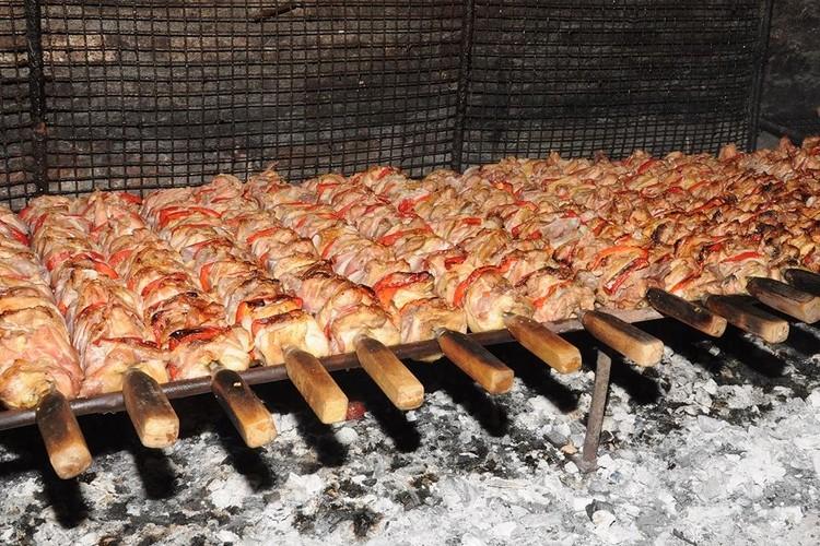 Los visitantes pueden degustar las distintas preparaciones de pollo asado a la parrilla durante la cena. Foto: Gentileza