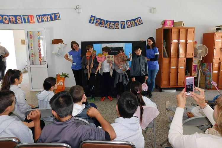 Allí la dinámica de la jornada se concentro en la exposición de diferentes obras de títeres elaboradas por los alumnos de 5to. grado del Colegio San José, representando las emociones en distintas situaciones. Foto: Comuna