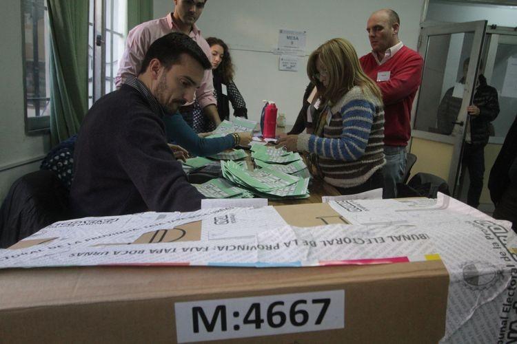 Las autoridades de mesa son ciudadanos seleccionados por la justicia electoral. Se designa también un suplente, que auxilia a la autoridad y lo reemplaza de ser necesario. Foto: Archivo