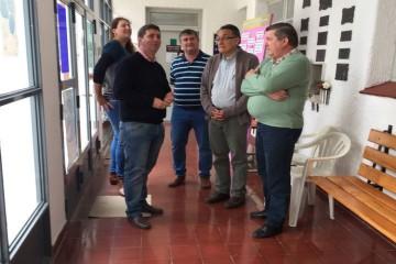 Ya en el club Juventud Unida el legislador entregó en mano de los integrantes de la comisión directiva un aporte económico que tiene por objetivo trabajos de infraestructura edilicia. Foto: Prensa Pirola