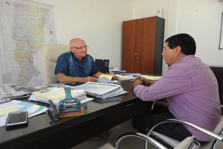 Durante el encuentro con Rafael De Pacce -Subadministrador de Vialidad- , se analizó el avance de la licitación de la Ruta Provincial N° 39-S, que junto al tramo comprendido entre las localidades de López y Gálvez, serán repavimentados por una empresa privada. Foto: Comuna de San Mariano