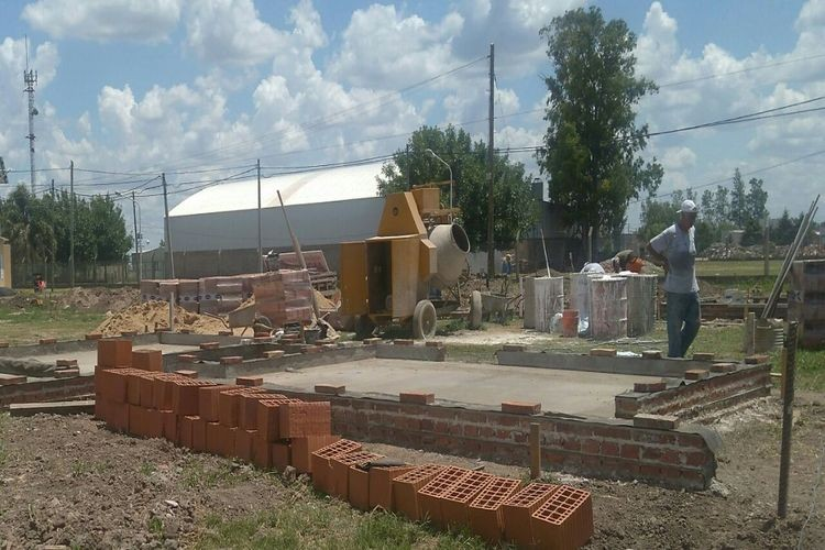 Walker agregó que las obras comenzaron en los últimos días con la primera etapa del proyecto, que incluye el armado de los cimientos, encadenados y contrapiso con la capa aisladora en cada una de las viviendas. Foto: Comuna San Carlos Sud