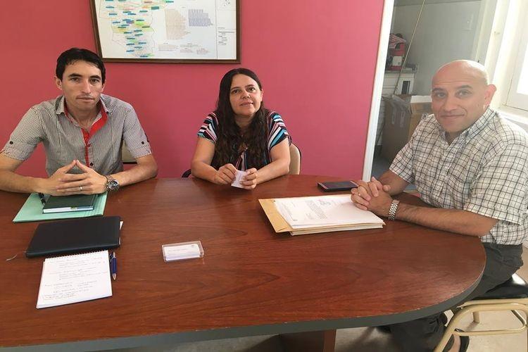 Patricia Arber (Santo Domingo) y Andrés Calvo (María Luisa) junto a Juan Cruz Gimenez (de la Regional IV de Educación) durante la reunión. Foto: Comuna Santo Domingo