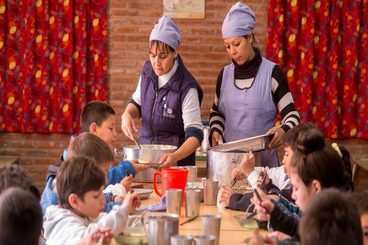 El servicio de comedor escolar se destina a poblaciones vulnerables y a las 235 escuelas de jornada ampliada, que reciben raciones para toda la matrícula escolar. Foto: Gobierno