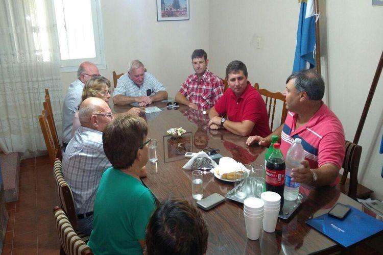 Además Rubén Pirola junto al presidente comunal Juan Carlos Imsteyf se acercaron a la Subcomisaria de la localidad para conversar con integrantes de la cooperadora policial. Foto: Prensa Pirola