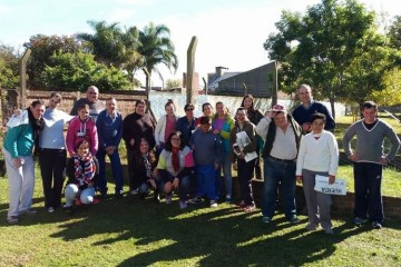 De la actividad formó parte el Ingeniero Agrónomo Ezequiel del INTA Esperanza, presentando detalles y brindando asesoramiento sobre el programa ProHuerta. Foto: Comuna