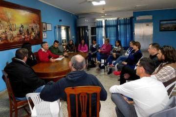 El presidente comunal Carlos Volpato junto a integrantes de establecimientos educativos, durante la reunión mantenida en el Salón Celeste Comunal. Foto: Comuna
