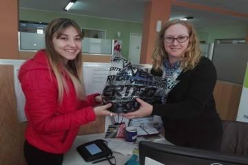 """""""Las primeras aspirantes en recibirlos fueron Sofía Fontanini y Camila Meschller"""", anunciaron fuentes del Ejecutivo comunal. Foto: Comuna"""