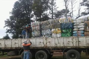 """En este sentido recordaron que la tarea de reciclado y separación de residuos continúa a lo largo de todo el año. """"Los martes y jueves llevamos reciclajes de vidrio, cartón, papel, plásticos, tetrabricks, telgopor, """"nylon"""" y latas. En tanto los lunes, miércoles y viernes juntamos residuos orgánicos en bolsa clara y basura no recuperable en bolsa oscura"""", indicaron. Foto: Comuna"""