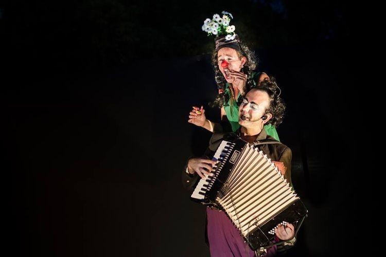 """""""Manso y Patota son dos payasos que tienen que realizar la función, pero para eso deben ponerse de acuerdo. Entre saltos y corridas, una pulga acróbata y burbujas llenas de música, las payasadas se suceden una tras otra"""", explicaron desde la Biblioteca Popular. Foto: Agencia"""