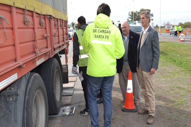 Esta semana se realizaron operativos en el kilómetro 141 de la Autopista Rosario-Santa Fe, donde ambos organismos controlaban el peso de los camiones que circulaban. Foto: APSV