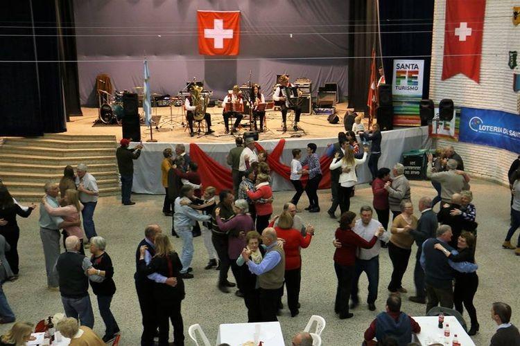 """Sobre el final del acto se compartió un almuerzo con la modalidad de stands de comidas y bebidas, contando con la Animación Musical de """"Cuarteto Ambort"""", """"Los Auténticos del Ritmo"""" y """"Grupo Sagrada Familia"""". Foto: Asociación Suiza"""