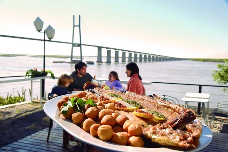 Según indicaron en los puestos de información del Ente Turístico Rosario (ETUR), los visitantes consultaron por espacios para disfrutar en familia, por alternativas gastronómicas y por alojamiento. Foto: Agencia