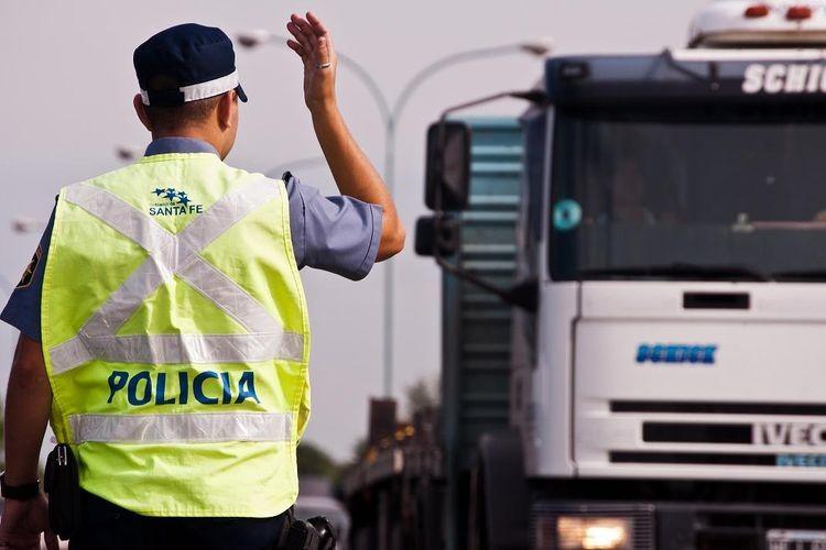 Durante todo el fin de semana, los agentes de PSV mantuvieron presencia constante en rutas de las cinco regiones provinciales, totalizando 287 operativos de control. En este marco, se fiscalizaron 5411 vehículos y se labraron 875 actas de infracción por diversas infracciones. Foto: Archivo