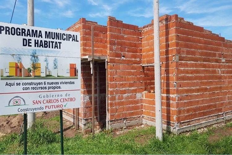 Precisamente, en el último acto de entrega de viviendas, el Intendente Placenzotti expresó su compromiso de iniciar en el mes de noviembre, la construcción de 6 nuevas viviendas, con recursos propios del Municipio y en el marco del Programa Municipal de Hábitat. Foto: Archivo