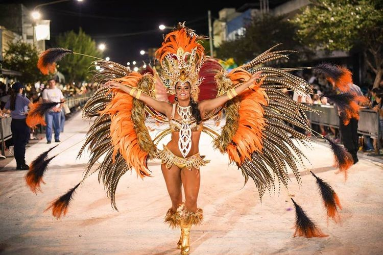 Comparsas, grupos musicales y un puñado de voluntades unidos para un mismo fin: la magia del carnaval. Foto: Archivo